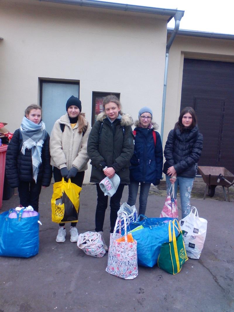 You are browsing images from the article: Wolontariusze PG-1 przekazali ponad 40 kg karmy dla bezdomnych zwierząt