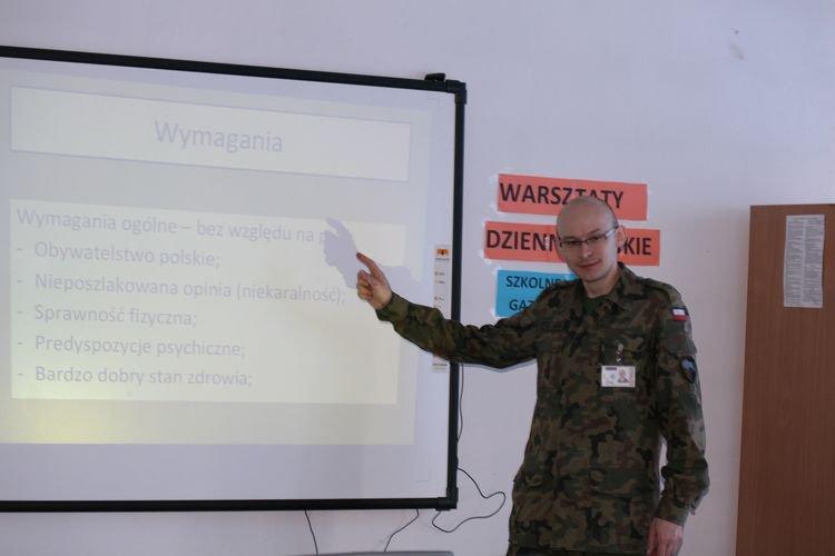 You are browsing images from the article: 'Zawód - żołnierz'- zajęcia dla uczniów klas trzecich