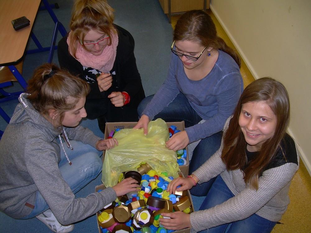 You are browsing images from the article: Działania WOLONTARIATU w PG1 – akcja zbierania plastikowych nakrętek
