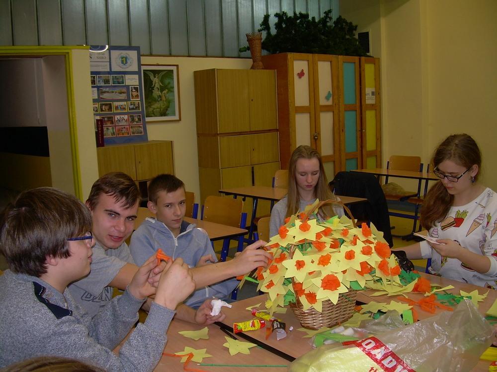 You are browsing images from the article: Działania WOLONTARIATU w PG1 – akcja wykonywania papierowych żonkili